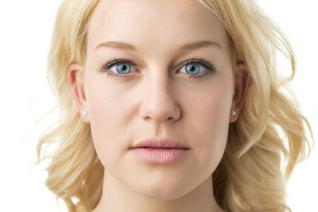 blonde yeux bleus: Visage de femme blonde aux yeux bleus isol�s Banque d'images