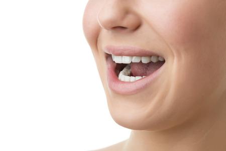 Gros plan d'un visage d'une femme avec des lèvres, la bouche ouverte, les dents et le nez