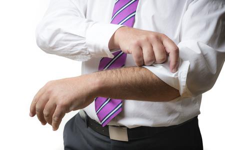 ビジネスの男性のスーツとネクタイと白いシャツ ホワイト バック グラウンド上に分離されて、彼の袖をロールバックします。