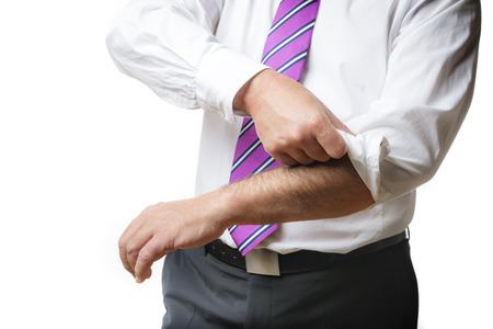 Business man in pak en een wit overhemd met stropdas stroopt zijn mouwen op, geïsoleerd op een witte achtergrond