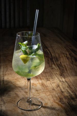 Afbeelding van een cocktail Hugo op een houten tafel Stockfoto