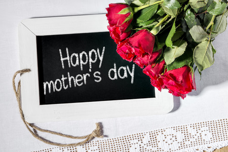 mother 's day: Image of a slate blackboard with message HAPPY MOTHER S DAY and red roses