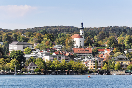 Uitzicht op de oever van het meer van Starnberg in Beieren, Duitsland