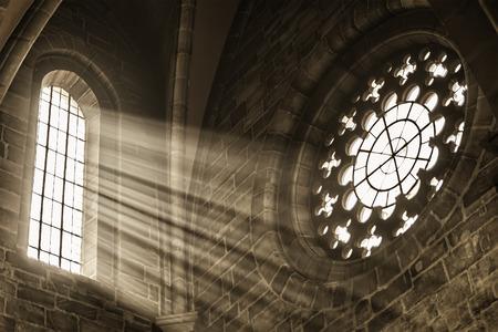 太陽光線が付いている教会のウィンドウのイメージ 写真素材