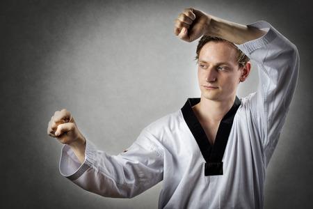 Afbeelding van een teakwon doen meester in zelfverdediging positie