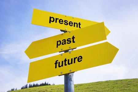 キャプションと 3 つの黄色の矢印看板「現在」、「過去」と「未来」 写真素材