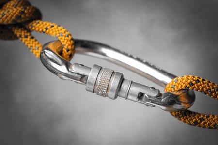 クライミング ロープとカラビナ フックのイメージ
