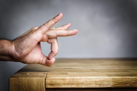 arrogancia: Hombre dispara con su dedo algo fuera