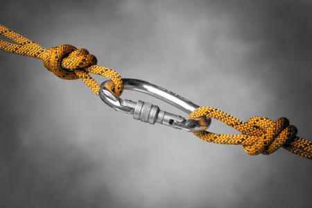 nudos: Imagen de un mosquetón con una cuerda de escalada Foto de archivo