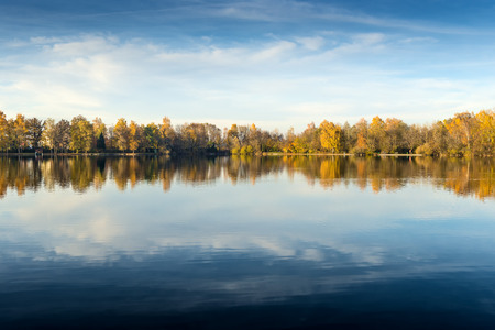 jezior: Obraz z jeziora i drzew z kolorowych liści na wieczór jesienią w Bawarii Zdjęcie Seryjne