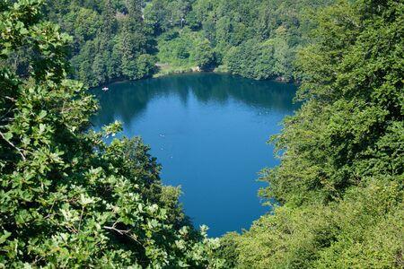 Image de lacs et de maar dans la célèbre région volcanique de l'eifel en Allemagne en été