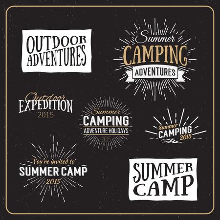 campamento: Conjunto de divisas del campamento de verano de la vendimia y otros emblemas exteriores y etiquetas. Cabañas vector Caligrafía elementos de diseño de estilo retro Vectores