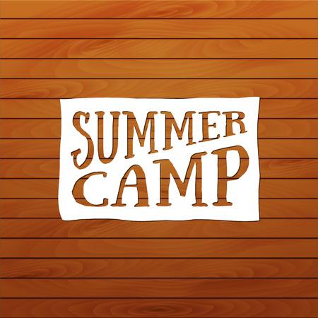 campamento: insignia de campamento de verano, logotipo al aire libre. Emblemas y etiquetas, papel blanco y el fondo de madera. Plantilla de la tarjeta. Acampar vector de la caligrafía Elementos de diseño de estilo retro.
