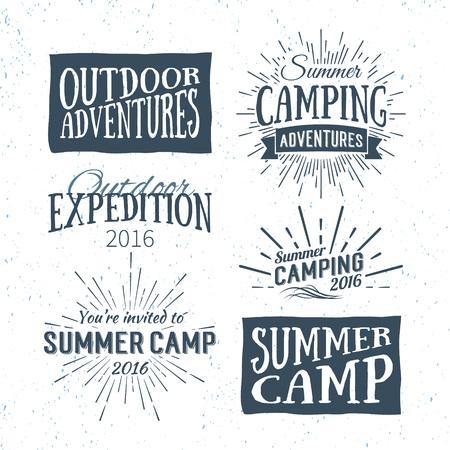 Vintage zomerkamp badges en outdoor avontuur logo's, emblemen en etiketten. Camping Vector typografische retro design element. Kampeervakantie belettering voor de uitnodiging, wenskaart, posters