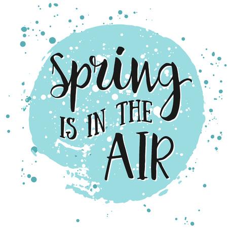 Frühling liegt in der Luft Hand gezeichnet Inspiration Zitat. Frühling Vector Aquarell Typografie Design-Element. Spring Air Pinsel Schriftzug Zitat. Frühlings-Zitat Plakat. Einweihungs Hand Schriftzug Frühjahr Zitat