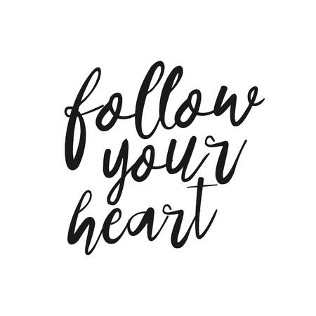 letras negras: Sigue a tu corazón - dibujado a mano la cita inspiradora. letras de la mano, elemento para su diseño tipográfico. vector de los elementos del estreno de diseño de carteles, camiseta. handdrawn letras. Sueño, corazón, amor