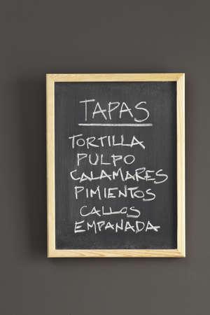 tapas españolas: Tapas españolas esbozado en la pizarra