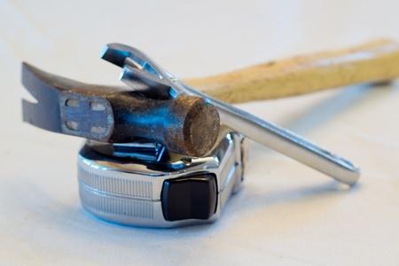 ハンマー、レンチ、および測定テープ