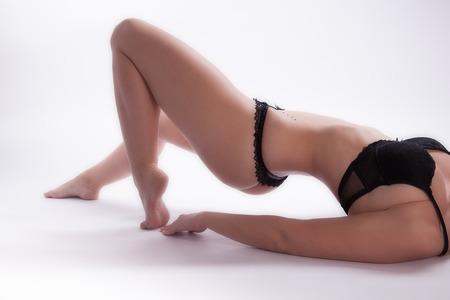 expresion corporal: Mujer desnuda rubia joven en ropa interior