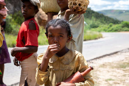 Editorial. The Children at the roadside in Madagascar 新聞圖片
