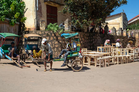 Editorial. A rickshaw taxis in the streets of Madagascar 新聞圖片