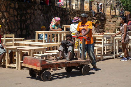 Editorial. A Manufacture of furniture and sale in a market in Madagascar 新聞圖片