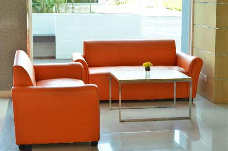 divano arancione in Wellcome stanza ufficio