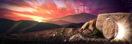 Tomba vuota di Gesù Cristo all'alba con tre croci in lontananza - Concetto di resurrezione Archivio Fotografico