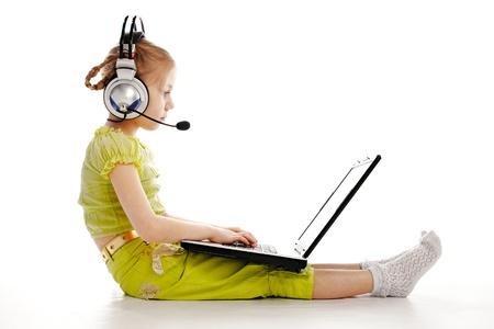 Girlie in Kopfhörer mit Laptop isolated on white background Lizenzfreie Bilder - 8824791
