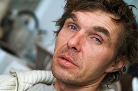 hombre pobre: retrato de afeitar hombres borrachos
