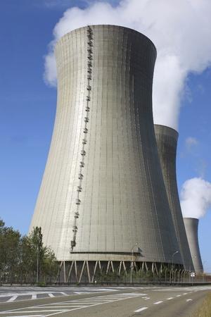 Chimenea de una planta de energía nuclear en la actividad Foto de archivo - 14421166
