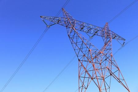 torres de alta tension: en una torre de alta tensión contra el cielo azul de una energía renovable o nuclear