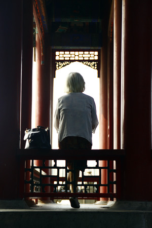 alte dame: Old lady sitting in Yuanmingyuan