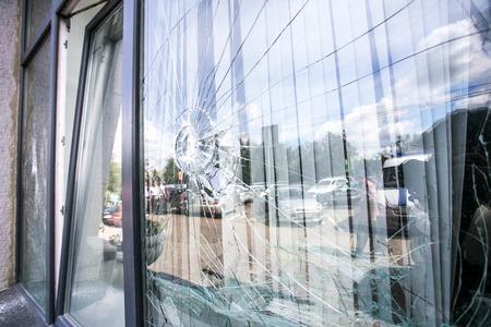 青い空を反映した近代的な建物の壊れたガラス窓 写真素材