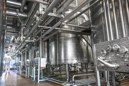 Zuivelproduct fabriek binnen met leidingen en tanks