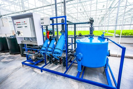 invernadero: bomba de agua del motor el�ctrico para el sistema de cultivo hidrop�nico en invernadero plantaci�n