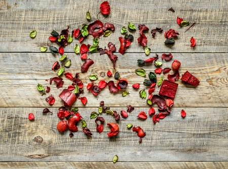 flores secas: Red rose petals and dried flowers on old wooden table Foto de archivo