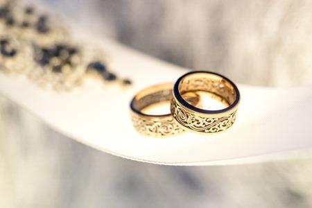 joyas de oro: Dos anillos de bodas de oro con un diseño raro en la cinta blanca