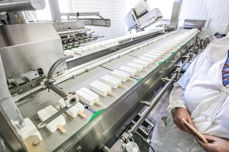 ホワイト アイス クリーム - 監督工場のコンベアの生産
