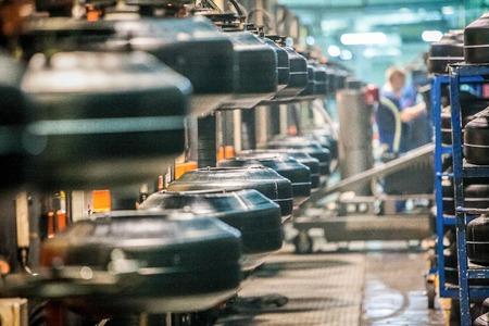 Pezzo in lavorazione di pneumatici per auto sulla linea in fabbrica Archivio Fotografico - 54435296