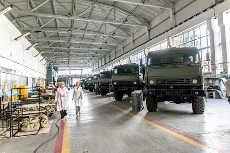 motor de carro: Omsk, Rusia - 16 julio 2013: la televisión y la fábrica de equipos electrónicos Irtysh, salón con trucs Kamaz