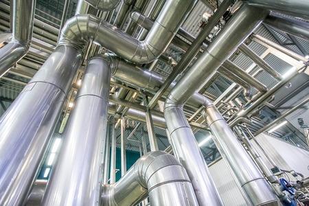 destilacion: proceso de destilación en la nueva fábrica brillante con muchas tuberías Foto de archivo