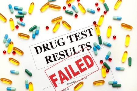 Concepto resultados de las pruebas de drogas se fallaron en el fondo blanco con las píldoras