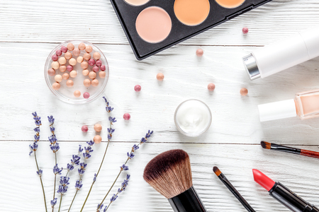 Set auf Holztisch mit Lavendel und Gläsern Draufsicht