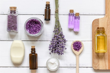 natural cosmetic with lavender top view on wooden background Foto de archivo