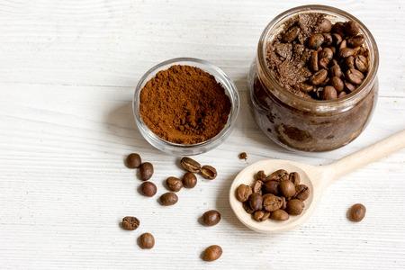 Main gommage café -cocoa dans un bocal de verre sur fond de bois close up Banque d'images - 65176435