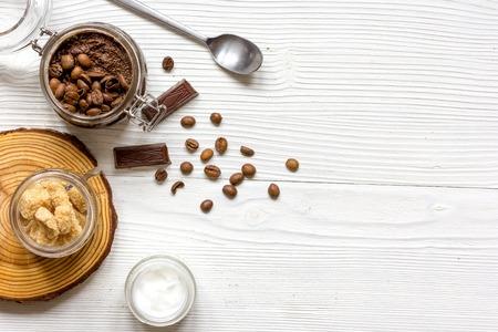 木製の背景にコーヒー トップ ビューに基づくオーガニック化粧品。