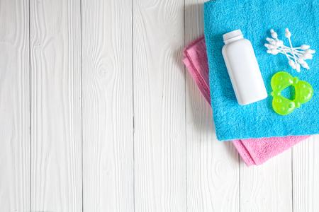 accesorios para bebés para el baño en la vista superior de fondo de madera
