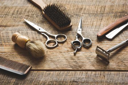 Outils pour couper la barbe barbershop sur fond de bois. Banque d'images - 66208670