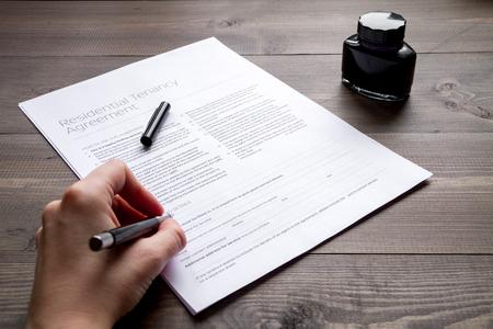 concepto de la conclusión del tratado en el fondo vista desde arriba de madera oscura con las manos